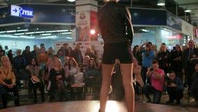 Wzorcowy chodzący wybieg, pokaz mody, potomstwa modeluje w czarnych butach i skrótach chodzi pas startowego, torebka zbiory wideo