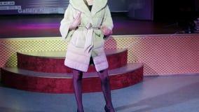 Wzorcowy chodzący wybieg w futerkowym żakiecie, nowej zimy inkasowy pokazywać, młoda dziewczyna na pasie startowym, moda zbiory