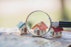Wzorcowy dom na banknotach, Ratuje pieniądze dla nieruchomości pojęcia, domu model dla wynagrodzenie pożyczki, pojęcie kupować sp obraz stock