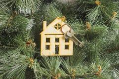 Wzorcowy dom na Xmas drzewa tle Zdjęcia Stock