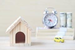 Wzorcowy dom z samochodem i banknot na wooder tle, Ratuje dla przygotowywamy w przyszłości zdjęcie royalty free