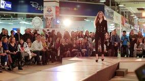 Wzorcowy gabloty wystawowej pantsuit, młodej dziewczyny odprowadzenia puszka wybieg, pokaz mody, wzorcowi pokazywać projekty zbiory wideo