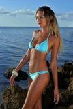 Wzorcowy jest ubranym błękitny bikini przy oceanem Fotografia Stock