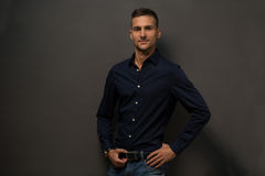 Wzorcowy mężczyzna w czarny koszulowy pozować Zdjęcie Stock