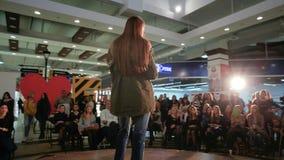 Wzorcowy odprowadzenie puszka wybieg, młoda dama pokazuje projekty w świetle reflektorów, pokaz mody, pas startowy zdjęcie wideo