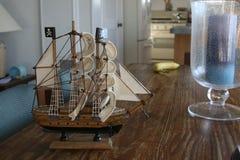 Wzorcowy pirata statek Na stole Zdjęcia Stock