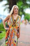Wzorcowy pokazujący wibrujących i luksusowych projekty Camilla podczas Singapur jachtu przedstawienia mody wydarzenia (z Wattletre Zdjęcie Royalty Free