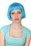 Wzorcowy pozować z błękitną peruką z bliska Biały tło Obraz Royalty Free