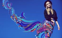Wzorcowy pozować w wielo- pasiastej spódnicy i abstrakta falowej sztuce Zdjęcie Royalty Free