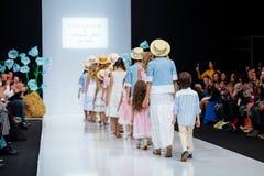 Wzorcowy spaceru pas startowy dla LANA2ROCK ASUTINA JULIA dla dzieciaka wybiegu przy latem 2018 sezonów Moskwa mody tydzień Dziec Zdjęcia Royalty Free
