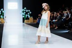 Wzorcowy spaceru pas startowy dla LANA2ROCK ASUTINA JULIA dla dzieciaka wybiegu przy latem 2018 sezonów Moskwa mody tydzień Dziec Obraz Royalty Free