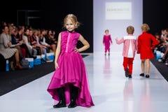 Wzorcowy spaceru pas startowy dla mody książki ALENA STEPINA wybiegiem przy lata 2017-2018 sezonu Moskwa mody tygodniem Dzieciaka Zdjęcia Royalty Free