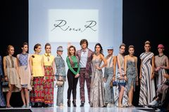 Wzorcowy spaceru pas startowy dla RINA R EKATERINA ROMANOVA wybiegiem przy lata 2017-2018 sezonu Moskwa mody tygodniem Zdjęcie Royalty Free