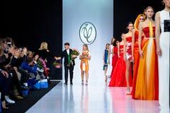 Wzorcowy spaceru pas startowy dla VALENTIN YUDASHKIN wybiegu przy latem 2018 sezonów Moskwa mody tydzień Zdjęcia Royalty Free