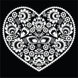 在黑的wzory lowickie, wycinanka的波兰白色民间艺术心脏样式 免版税库存图片