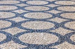 Wzorzyste brukowanie płytki w Lisbon mieście, Portugalia Obraz Royalty Free