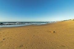 Wzorzystość Plażowy piasek z odcisku stopy niebieskiego nieba Nabrzeżnym krajobrazem Obrazy Royalty Free