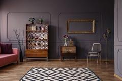 Wzorzysty dywan w przestronnym popielatym retro żywym izbowym wewnętrznym dowcipie zdjęcie royalty free