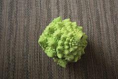 Wzorzysty placemat z ciekawym warzywem znać jako Romanesco brokuły zdjęcie stock