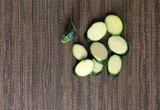 Wzorzysty placemat z plasterkami świeży zucchini zdjęcie royalty free