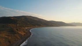 Wzrastać nad denny brzeg i góry na wschodzie słońca Powietrzny truteń strzelał piękny ranek na Czarnym dennym brzeg zdjęcie wideo