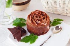 Wzrastał czekoladowego mousse tort na pięknej półkowej śmietance Fotografia Stock