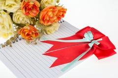 Wzrastał kwiatów plastikowych i Czerwonych faborki z ogonami obrazy royalty free