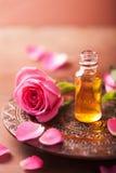 Wzrastał kwiatu i istotnego oleju aromatherapy zdrój zdjęcie stock