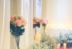 Wzrastał kwiatu w słoju są w pokoju zdjęcia stock