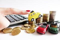 Wzrastający koszt dla samochodowego działającego pojęcia z miniaturowym żółtym samochodem na stercie gotówkowy pieniądze obraz royalty free