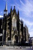 Wzrok Kolońska katedra z niebieskim niebem Zdjęcia Stock