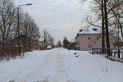 Wzrostów budynki w Rosja Unclean droga Mnóstwo śnieg zdjęcia royalty free