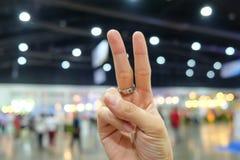 Wzrost dwa palec w zakupy centrum handlowym obrazy royalty free