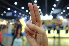 Wzrost dwa palec w zakupy centrum handlowym Obrazy Stock