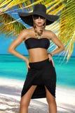 Wzrost mody kolory, splendoru portret dosy? pi?kna mody kobieta w bikini pozuje w lecie blisko morza wewn?trz i niebieskie niebo, obraz stock