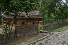 Wzrosta dom z drewnianymi ścianami pod pokrywającym strzechą dachem jest dziejowym dziedzictwem w parku obrazy stock