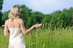 wzruszająca trawy kobieta Obrazy Stock