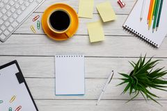 A xícara de café amarela branca do Desktop escreve notas e no. das etiquetas fotografia de stock