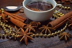Xícara de café, anis de estrela e varas de canela foto de stock