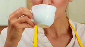 Xícara de café bebendo da mulher na cozinha Fotografia de Stock Royalty Free