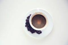 Xícara de café branca da vista superior isolada em um fundo branco imagem de stock