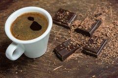 Xícara de café branca e chocolate escuro Fotos de Stock Royalty Free