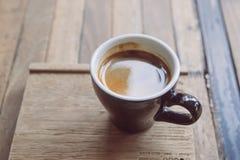 Xícara de café, café quente na placa de madeira Fotografia de Stock