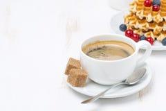 Xícara de café com açúcar e waffles (com espaço para o texto) Fotografia de Stock Royalty Free