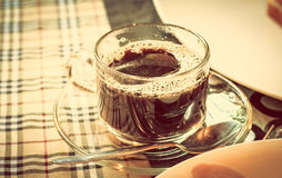 Xícara de café com alimento de café da manhã no vintage de Instagram da tabela Imagem de Stock Royalty Free