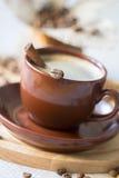 Xícara de café com canela imagem de stock