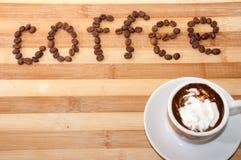 Xícara de café com creme e café brancos das letras foto de stock royalty free