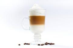 Xícara de café com creme e camadas derramadas licor fotos de stock