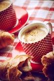 Xícara de café com croissant Imagens de Stock Royalty Free
