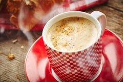 Xícara de café com croissant Fotografia de Stock Royalty Free